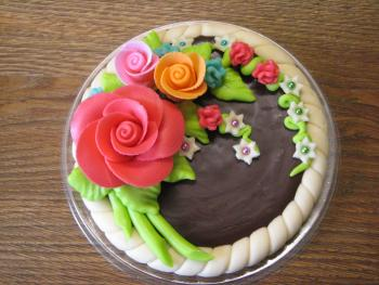 Round cake with a bouquet
